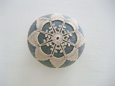 crochet / lace stone, pebble, home deco, paper weight, handmade gift, tabletop deco door Laughingneedle op Etsy https://www.etsy.com/nl/listing/229584225/crochet-lace-stone-pebble-home-deco