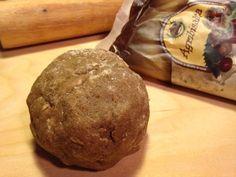 La frolla con farina di castagne è una frolla gustosissima perfetta per preparare deliziosi biscotti o raffinate crostate.