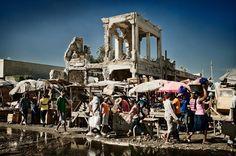 Im Müll der Sonnenstadt - Fotos aus den Slums in Haiti  Vor drei Jahren wurde der Inselstaat Haiti von dem verheerendsten Erdbeben des 21. Jahrhunderts verwüstet. 220.000 Menschen verloren damals ihr Leben. Fotograf Frank Domahs zeigt in seinen Bildern, wie das Leben nach der Katastrophe weitergeht.