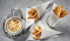 Zahlreiche Kartoffel-Rezepte von Dr. Oetker warten nur darauf, von Ihnen entdeckt zu werden. So zum Beispiel das Rezept Kartoffelspalten mit Mayo-Gemüse-Dip. Mayonnaise, Cheeseburger Chowder, Chicken Wings, Dips, Ramen, Curry, Brunch, Food And Drink, Soup