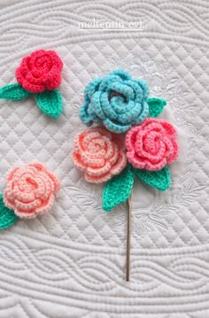 Flower tutorial step by step Diy Crochet And Knitting, Crochet Chart, Cute Crochet, Crochet Motif, Knitted Flowers, Fabric Flowers, Crochet Buttons, Crochet Instructions, Crochet Flower Patterns