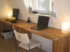 Slim, bureaus gemaakt van Ikea keukenbladen. Misschien zijn er ook nog andere keukenbladen die mooi zijn om te gebruiken.