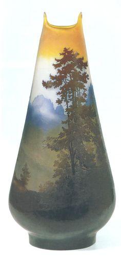 """Émile Gallé.  Vaso in vetro Cameo """"Paesaggio montano"""", incisione alla mola, 1910 circa. H. cm. 68"""