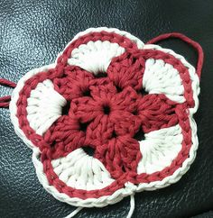 This a pattern for a flower shaped decorative hanging or coaster featuring a star shape in the centre.