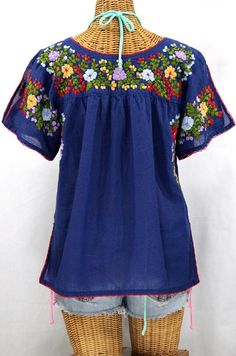 "Siren's ""Lijera"" Hand-Embroidered Vintage-Mexican Style Peasant Top/blouse with split sleeves and vented bottom hem. Floral Embroidery Patterns, Mexican Embroidery, Mexican Blouse, Mexican Dresses, I Love Fashion, Denim Fashion, Beach Attire, Mexican Style, Peasant Blouse"