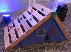 Wood pallet idea: A climber and hideaway tent for toddlers. Backyard Playground, Backyard For Kids, Diy For Kids, Kids Climber, Auction Projects, Kids Play Area, Toy Rooms, Kids Wood, Baby Kind