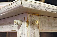 Historizující nábytek můžeme doplnit vhodnými detaily. Zde jsou použity historické porcelánové úchytky na elektrické kabely. Mosazné vruty jsou rozhodně stylovější než pozinkované s křížovou drážkou. Door Handles, Shabby, Diy, Home Decor, Door Knobs, Decoration Home, Bricolage, Room Decor, Do It Yourself