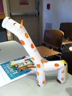 Manualidad de la jirafa hecha con tubos de papel de baño.