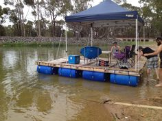 Diy: Portable Pontoon Using Old Pallets and Old Blue Drums • 1001 Pallets Floating Pontoon, Floating Dock, Floating House, Floating Island, Pallet Kids, Diy Pallet Projects, Raft Building, 55 Gallon Drum, 1001 Pallets