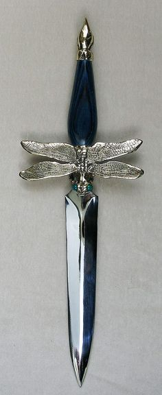 A realistic dragonfly cast in solid bronze by Omega Art Works. Smooth deep blue dymondwood handle with 2 green onyx gemstones in the eyes. Overall length blade length 8 this would make a beautiful athame. Katana, Swords And Daggers, Knives And Swords, Pretty Knives, Fantasy Weapons, Green Onyx, Wiccan, Guns, Gemstones