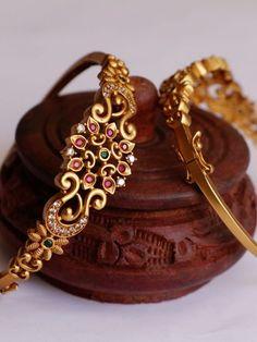 Pearl Necklace Designs, Jewelry Design Earrings, Gold Earrings Designs, Gold Bangles Design, Gold Jewellery Design, Gold Jewelry Simple, South India, Jewelry Patterns, Bangle Bracelets