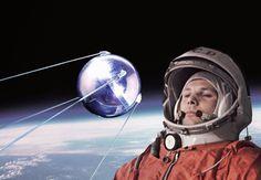 """© BildeMontasje: Scanpix/AKG & Corbis & Ullstein Bild Sputnik: Russisk romsensasjon ydmyket USA En oktoberkveld for 60 år siden sendte Sovjetunionen satellitten """"Sputnik"""" i bane rundt jorden. Den lille stålkulen suste over himmelen og varslet om en ny epoke: romalderen. I skarp konkurranse med USA nådde Sovjet gang på gang nye høyder – takket være en navnløs ingeniør som bare ble kalt """"sjefdesigneren""""."""