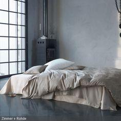 Das Schlafzimmer Im Industrie Chic Besticht Durch Das Freistehende Bett Und  Die Bodentiefen Fenster.