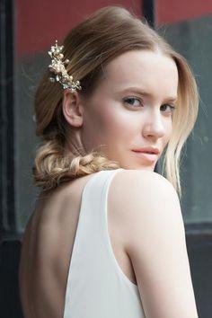 Roya Eros İncili Taşlı Tarak ile tarzını ve şıklığını tamamla, modayı keşfet. Birbirinden güzel Toka modelleri Lidyana.com'da!