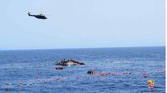 El dramático hundimiento de un barco lleno de inmigrantes en el Mediterráneo  Un helicóptero también acudió al rescate de los naúfragos. - BBC Mundo