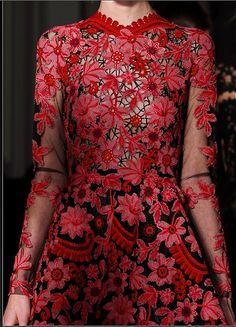 Valentino. robe broderie rouge