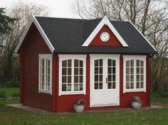 Vereint englische Tradition mit Schwedenstil: Die weiß-gerahmten Fenster lassen das Modell Clockhouse-28 mit schwarzen Dachschindeln besonders freundlich wirken.