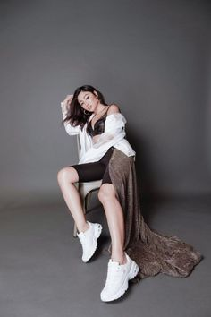 Take inspiration from Nadine Lustre and sport these updated and early trends and pairing them with chunky sneakers from Skechers. Nadine Lustre Ootd, Nadine Lustre Fashion, Nadine Lustre Outfits, Nadine Lustre Instagram, Filipina Girls, Filipina Actress, Filipina Beauty, 90s Fashion, Fashion Beauty