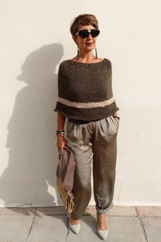 Stylish and comfy fall outfits in khaki. I love this look for women over Crochet Wool, Crochet Poncho, Wool Poncho, Comfy Fall Outfits, Warm Outfits, Knitted Capelet, Outlander Knitting, Poncho Outfit, Crochet Clothes
