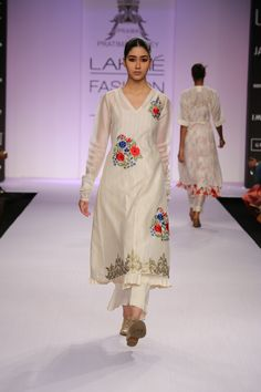 0e0f9190f79 Buy White floral thread work kurta with palazzo by PRAMA by Pratima Pandey  at Aza Fashions