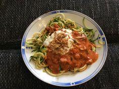 Mein Abendbrot! Zucchininudeln mit Tomatensauce, Joghurt und Röstzwiebeln.