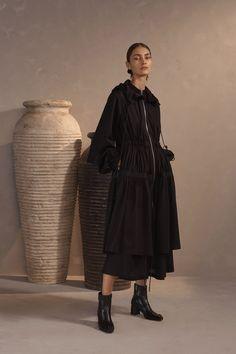 Claudia Li Pre-Fall 2019 Fashion Show Collection: See the complete Claudia Li Pre-Fall 2019 collection. Look 17 Fashion Poses, Fashion Shoot, Editorial Fashion, Fashion Outfits, Womens Fashion, Mode Streetwear, Streetwear Fashion, Vogue Paris, Claudia Li