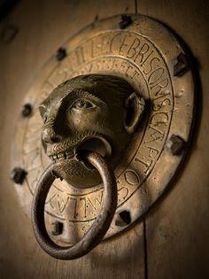 Heurtoir en Bronze - Basilique Saint-Julien - Brioude, Haute-Loire (France) – Crédit Photo : Arnaud Frich