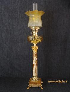 Lampada  da tavolo Francese con  stupenda colonna  marmo,  base e capitello Corinzio in fusione di  bronzo; Serbatoio in cristallo  ambra tagliato foglia d'ulivo con  tappo per riempimento; Bruciatore WETTINBRENNER 20''' ( Gebrüder  - Wien ) importado da SARDO & RAYMOND - Nizza - FR, con adeguato tubo in cristallo; Tulipano in cristallo con sfumatura giallo/ambra e decorazioni acidate. ( 100% originale antico )