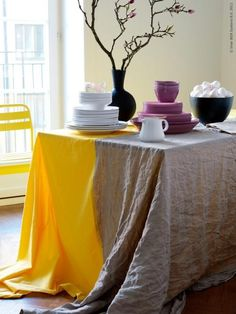 NAPPE [Inspiration Mondial Tissus] Associer deux tissus différents et obtenir cette superbe nappe, on adore l'idée.