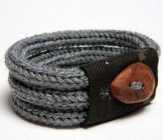 """Armbånd lavet af hæklede """"tuberør"""" (kan fx laves på hjemmelavet tube-væv).."""