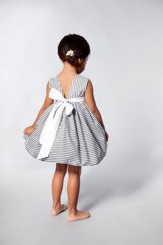 Flower Girls Dress in Grey and White Stripes por VesperClothier