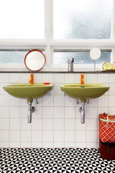 Do it modern again. Snygg blandning med oranga vola blandare mot de gröna 70-tals tvättställen