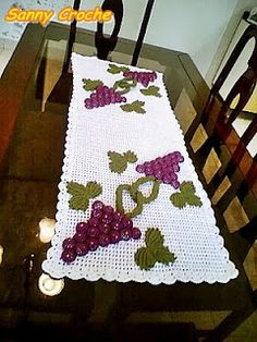 caminho de mesa . cachos de uva....