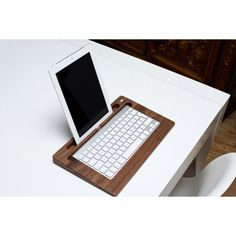 Woody's TabletTray aus Nussbaumholz. 79,90 €. www.designandmaison.com