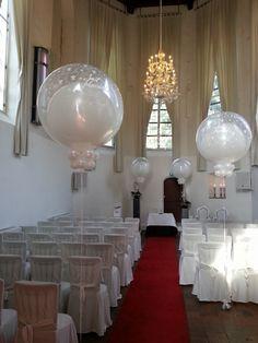Ballonnen en bloemen in de kerk - De Ballonnenkoning