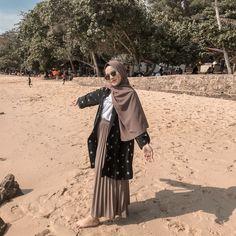 ootd hijab style rok plisket & style rok plisket hijab + style hijab casual rok plisket + style hijab remaja rok plisket + ootd hijab style rok plisket + style hijab dengan rok plisket + style rok plisket hitam hijab + style rok plisket non hijab Ootd Hijab, Hijab Casual, Casual Ootd, Modele Hijab, Hijab Stile, Photo Instagram, Hijab Fashion, Tutu, Cellos
