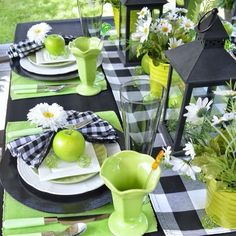Green & Black Summer Tablescape - Dining Delight - Featured at the Home Matters Linky Party 246 Summer Deco, Party Summer, Plywood Furniture, Beautiful Table Settings, Deco Design, Design Design, Deco Table, Table Centerpieces, Summer Table Decorations