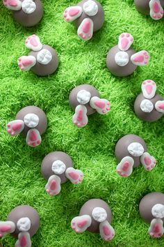Bunny Bum Bons - These cake balls are seriously worth the extra effort. See more sweet Easter treats at . Easter Cake Pops, Easter Bunny Cake, Easter Cupcakes, Hoppy Easter, Easter Cookies, Easter Treats, Easter Party, Cakepops, Bakerella