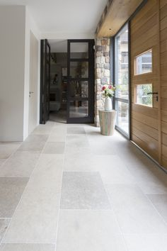 French limestone - Niveaux gris - Home: Living color Hall Flooring, Limestone Flooring, Travertine Floors, Natural Stone Flooring, Living Room Flooring, Kitchen Flooring, Grey Flooring, Stone Kitchen Floor, Modern Flooring