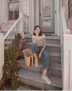 Interessting outfit for September - ChicLadies. Best Photo Poses, Girl Photo Poses, Girl Photos, Model Poses Photography, Moda Ulzzang, Ootd Poses, Foto Casual, Instagram Pose, Korean Street Fashion