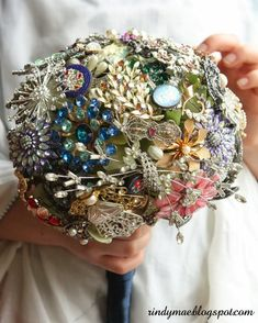 wedding brooch bouquets diy how to make Broch Bouquet, Wedding Brooch Bouquets, Diy Bouquet, Bling Bouquet, Hand Bouquet, Baby Leggings, Brooch Bouquet Tutorial, Vintage Jewelry Crafts, Wedding Jewelry