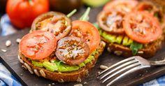 Recette de Tartine fine aux graines et tomates cerise sur lit d'avocat. Facile et rapide à réaliser, goûteuse et diététique.