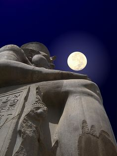 Full Moon upon Ramses the great statue at Abu Luxor. Beautiful Moon, Beautiful World, Beautiful Places, Ancient Egypt, Ancient History, Shoot The Moon, Foto Art, Luxor Egypt, Luxor Temple
