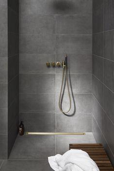 Patentoidut Unidrain -seinä- ja lattialaipat tekevät lattiakaivosta täysin kosteusturvallisen ja uniikin. Linjalattiakaivojen modulaarisuus takaa sopivan ratkaisun jokaiseen kylpyhuoneeseen. 🚿  Klikkaa ja tutustu muotoilupalkittuihin, skandinaavisen tyylikkäisiin linjalattiakaivoihimme! 👉 Bathroom Design Inspiration, Bad Inspiration, Modern Bathroom Design, Bathroom Interior Design, Interior Decorating, Bathroom Spa, Simple Bathroom, Bathroom Colors, Washroom