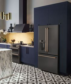 Luxury modern kitchen with midnight blue cabinets and beautiful Matte Collection black appliances with Brushed Bronze finishes. Luxury modern kitchen with midnight blue cabinets and beautiful Matte Collection black appliances with Brushed Bronze finishes. Home Decor Kitchen, Rustic Kitchen, Kitchen And Bath, Smart Kitchen, Kitchen Ideas, Bronze Kitchen, French Kitchen, Awesome Kitchen, Kitchen Colors