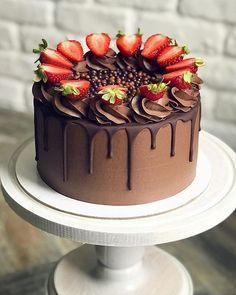 Chocolate Oreo Cake, Homemade Chocolate, Hot Chocolate, Chocolate Cake With Strawberries, Chocolate Cake Designs, Chocolate Raspberry Cake, Chocolate Chips, Strawberry Cakes, Strawberry Cake Decorations