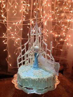 Disney's Frozen Elsa cake - minus the clothespin Elsa. Frozen Party Cake, Disney Frozen Party, Disney Frozen Birthday, Frozen Theme, Party Cakes, Frozen Movie, Cute Birthday Cakes, Birthday Love, 4th Birthday Parties