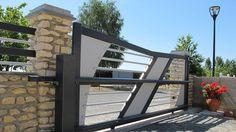 Portail en aluminium coulissant Texas chez Tschoeppé : esthétique minimaliste pour une motorisation à crémaillère.