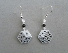 3 D look Dice earrings in delica seed beads - Beaded Earrings Patterns, Seed Bead Patterns, Jewelry Patterns, Beading Patterns, Crochet Earrings, Seed Bead Jewelry, Seed Bead Earrings, Beaded Jewelry, Handmade Jewelry