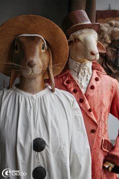 Sculptures en papier mâché de Mélanie Bourlon, le lapin Gilles et un mouton habillé d'une redingote